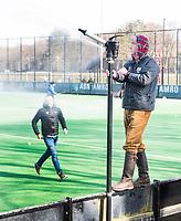 BLOEMENDAAL - hoofdklasse competitie heren.  Bloemendaal-Kampong (1-1) . Sproeien van het hoofdveld door Jules Hustinx.  Door de koude werd het hoofdveld niet bespeelbaar en werd uitgeweken naar een bijveld.  COPYRIGHT KOEN SUYK