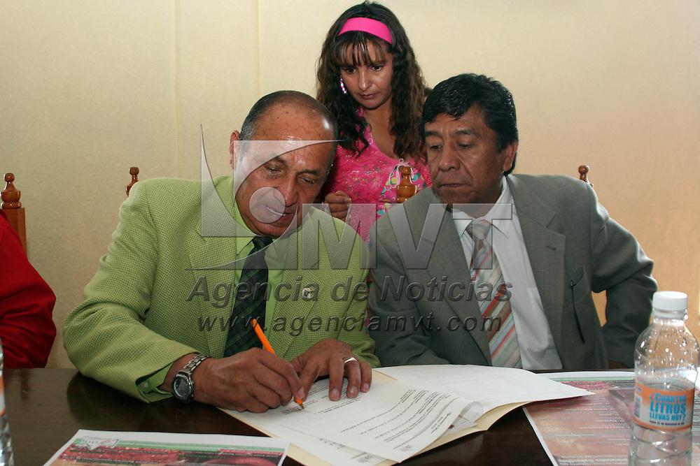 Lerma, Mex.- Jose Bravo (izq), presidente de la Asociación de Box estatal y Silvano Ramirez, representante del edil de Lerma, firman el convenio de apoyo a las competidoras que representaran a la entidad dentro del Campeonato Nacional de Box Femenil a celebrarce en el D.F. del próximo 07 al 12 de septiembre. Agencia MVT / Luis Enrique Hernandez V. (DIGITAL)<br /> <br /> <br /> <br /> NO ARCHIVAR - NO ARCHIVE