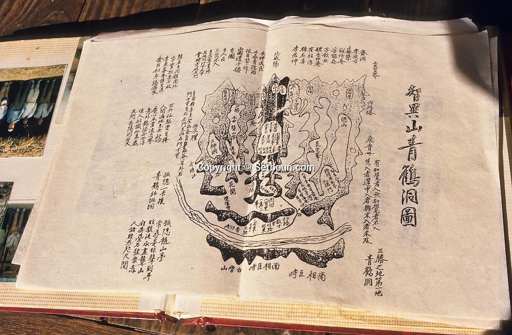 Chonhakdong traditional confucianist village  The chief of the village shows the drawing the founder myth of Chonhakdong.    Korea   village traditionnel confucianiste de Chonhakdong Le chef du village nous montre ce dessin qui retrace le mythe fondateur de Chonhakdong.    Coree  //////R28/39    L2656  /  R00028  /  P0003033
