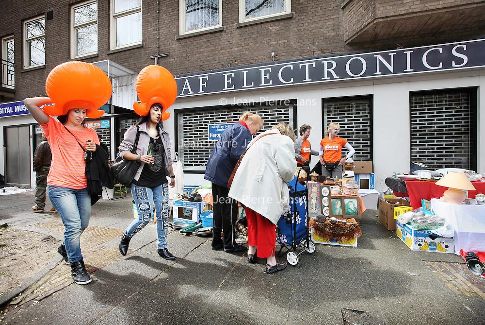 Nederland, Amsterdam , 29 april 2010..vrijmarkt tijdens koninginnendag op de stoep bij Electronicazaak RAF in de rijnstraat.Het is elektronicaketen Raf gelukt een doorstart te maken. De winkel in Amsterdam zal in afgeslankte vorm vanaf 1 mei weer open zijn. Raf gaat 'terug naar de oorsprong' en zal alleen nog beeld- en audioapparatuur verkopen..De computerafdeling van Raf keert niet terug en het logo zal ook verdwijnen. Mogelijk zal de keten zelfs een andere naam moeten gebruiken, aangezien de merknaam Raf deel van het faillissement uitmaakt. De doorstart is mogelijk gemaakt door een kapitaalinjectie van een groep investeerders onder leiding van de oud-voorzitter van de Kamer van Koophandel Amsterdam, schrijft Het Parool. Amnon Rafalowicz, de oprichter en eigenaar van de keten, zou niet bij de doorstart betrokken zijn.Foto:Jean-Pierre Jans