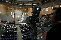 17 OCT 2003, BERLIN/GERMANY:<br /> Uebersicht, Plenum, Deutscher Bundestag<br /> IMAGE: 20031017-01-041<br /> KEYWORDS: Übersicht, Uebersicht, Plenum, Plenarsaal, Saal, Bundesadler, Adler, Reichstag, Kamera, Camera, Kameramann