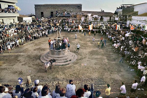 Spanje, Don Benito, 11-9-2004Een dorpsplein in Extremadura is tot een arena omgebouwd, waar de lokale bevolking een stierengevecht bijwoont. Foto: Flip Franssen/Hollandse Hoogte