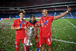 LISBON, PORTUGAL - Sunday, August 23, 2020: FC Bayern Munich's Alvaro Odriozola , Javi Martínez and Thiago Alcantara celebrate with the European Cup trophy as Bayern win it for the sixth time after the UEFA Champions League Final between FC Bayern Munich and Paris Saint-Germain at the Estadio do Sport Lisboa e Benfica. FC Bayern Munich won 1-0. (Credit: ©UEFA)