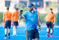 BHUBANESWAR (INDIA) -  Het Nederlands team trainde vanmorgen licht voor de wedstrijd tegen Canada bij het WK Hockey heren.  bondscoach Max Caldas (Ned) maakt een filmpje . COPYRIGHT  KOEN SUYK