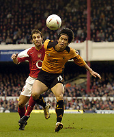 Fotball<br /> FA-cup 2005<br /> Arsenal v Wolves<br /> 29. januar 2005<br /> Foto: Digitalsport<br /> NORWAY ONLY<br /> Arsenal's Mathieu Flamini (L) battles for the ball with Ki-Hyeon Seol