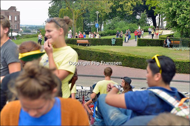 Nederland, Nijmegen, 19-8-2015Tijdens de introductie voor eerstejaars studenten aan de Radboud universiteit is traditioneel een dag ingeruimd om de stad te leren kennen. o.a. Het Valkhofpark en gemeentelijk museum het Valkhof werden bezocht. FOTO: FLIP FRANSSEN/ HOLLANDSE HOOGTE