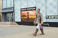 Mongolie, Oulan Bator, Place Sukhbaatar, magasin Louis Vuitton. // Mongolia, Ulan Bator, Sukhbaatar square, Louis Vuitton shop.