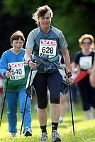 Friidrett, 17. juni 2003, Jentebølgen Bærum, trim, jogging, mosjon, illustrasjon, gå med staver, stav, staver