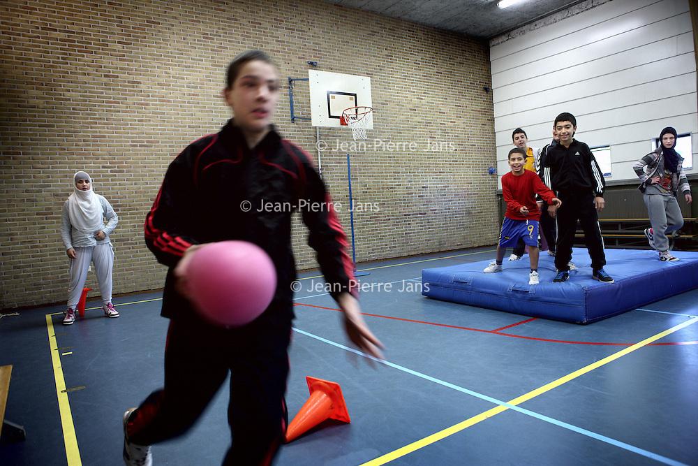 Nederland, Amsterdam , 9 november 2011..Gemengde gymles binnen het Comeniuslyceum in de Derkinderenstraat in Amsterdam Nieuw West..Foto:Jean-Pierre Jans