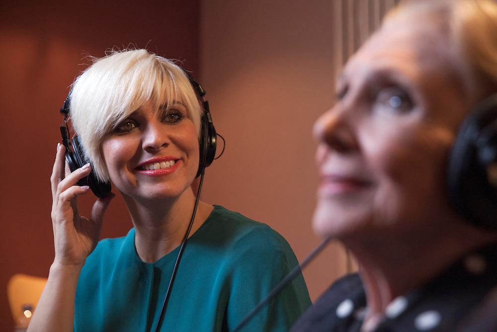 Pasión Vega y María Solores Pradera en la grabación del album 'Pasión por Cano' de Pasión.