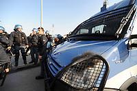 """Auto della polizia danneggiata negli scontri prepartita.<br /> Udine, 7/02/2010 Stadio """"Friuli""""<br /> Udinese-Napoli.<br /> Campionato Italiano Serie A 2009/2010<br /> Foto Nicolò Zangirolami Insidefoto"""