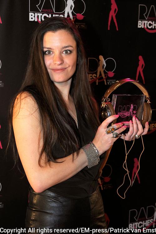 5e Editie Radiobitches Awards in Studio 21, Hilversum.<br /> <br /> Op de foto:  Eva Koreman (Q-music) krijgt de TalentBitch Award