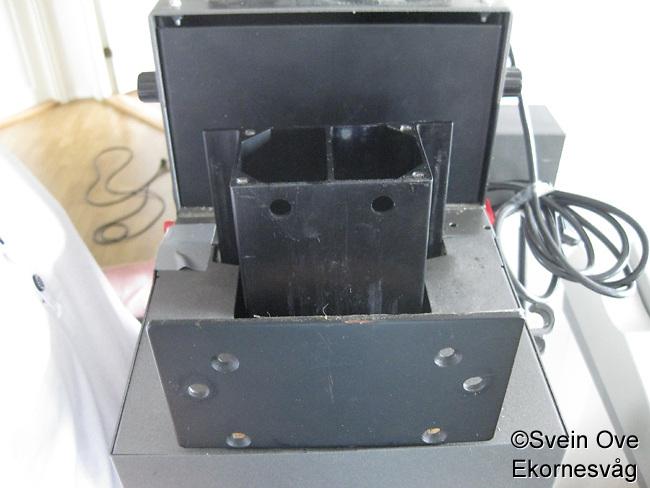 Første forsøk på å montere motvektsfjøra på forstørrerhodet. Platen skulle brettes over kanten og skrues fast, noe som viste seg å være svært vanskelig pga den kraftige fjøra.<br /> Foto: Svein Ove Ekornesvåg