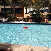 Vakantie Miami Amerika, hotel, zwembad, toeristen, zwemband, zwemmen, palmbomen, palmboom, kind, ouder, moeder