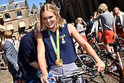 Medaillewinnaars van de Olympische Zomerspelen 2016 vertrekken per fiets van het Binnenhof voor een ontvangst op Paleis Noordeinde. <br /> <br /> op de foto:  Sharon van Rouwendaal, goud bij de 10 kilometer openwaterzwemmen.