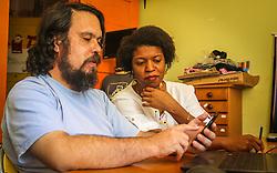 """PORTO ALEGRE, RS, BRASIL, 21-01-2017, 12h19'46"""":  Desiree dos Santos, 32, discute um projeto com o Artista 3D Joel Grigolo, 46, no espaço Matehackers Hackerspace, da Associação Cultural Vila Flores, no bairro Floresta da capital gaúcha. A  Consultora de Desenvolvimento de Software na empresa ThoughtWorks fala sobre as dificuldades enfrentadas por mulheres negras no mercado de trabalho.<br /> (Foto: Gustavo Roth / Agência Preview) © 21JAN17 Agência Preview - Banco de Imagens"""