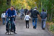 Nederland, the Netherlands, Nijmegen, 25-11-2015 Vluchtelingen houden zich op, wandelen, bij kamp, tentenkamp Heumensoord, de tijdelijke noodopvang, azc, van het COA. Er verblijven hier 2700 asielzoekers en het is de grootste opvang van het land. Vervelen, verveling, tijdverdrijfFOTO: FLIP FRANSSEN
