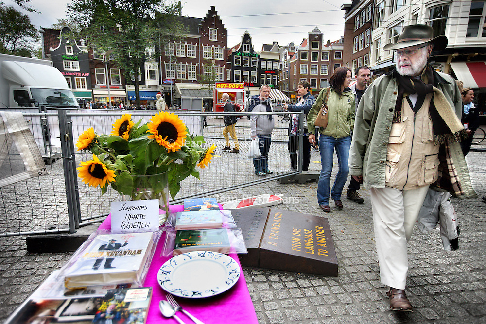 Nederland, Amsterdam , 20 september 2013.<br /> Lookalike van Johannes van Dam, staat even stil bij het overlijden van van Dam bij een herdenkingsplek op de boekenmarkt aan het Spui, vlakbij zijn woning.<br /> Foto:Jean-Pierre Jans