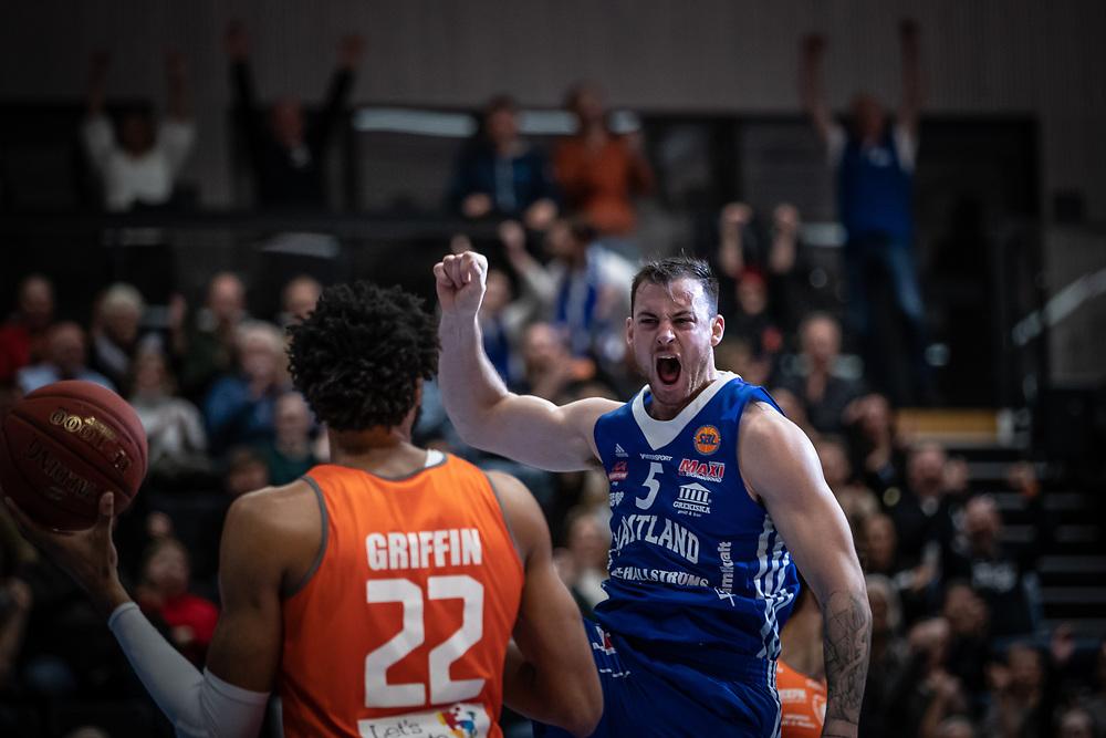 ÖSTERSUND 20211007<br /> Jämtlands Steve Harris jublar efter en mäktig dunk under torsdagens match i basketligan mellan Jämtland Basket och Norrköping Dolphins.<br /> Foto: Per Danielsson / Projekt.P