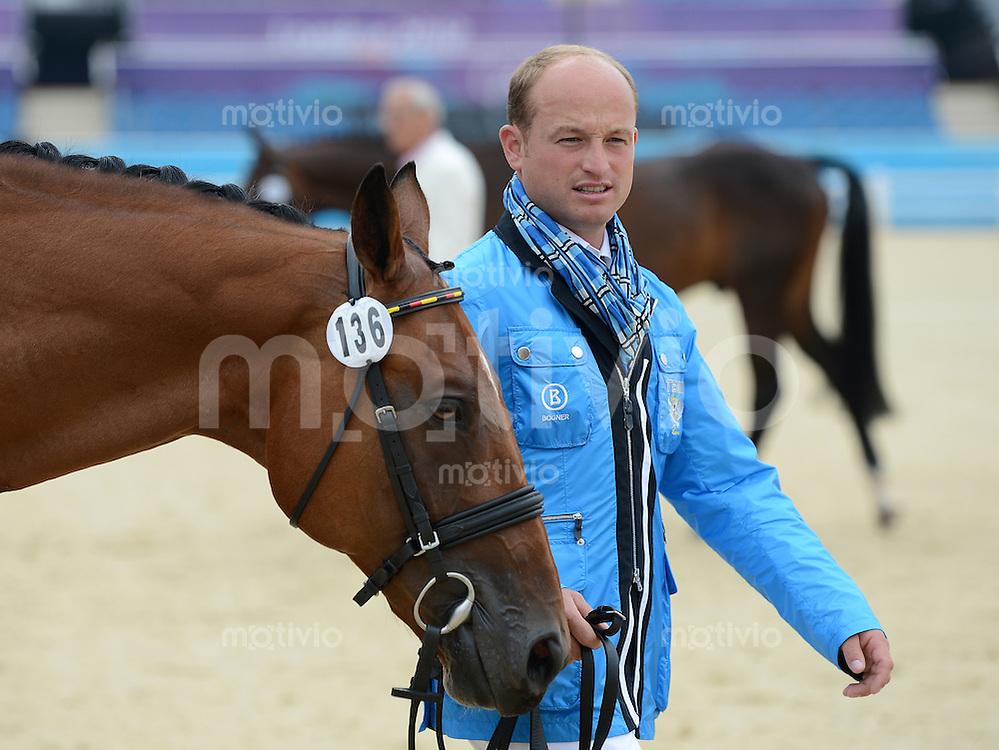 Olympia 2012 London  Reiten Vielseitigkeit  27.07.2012 Verfassungspruefung; Michael Jung (Deutschland) mit Sam