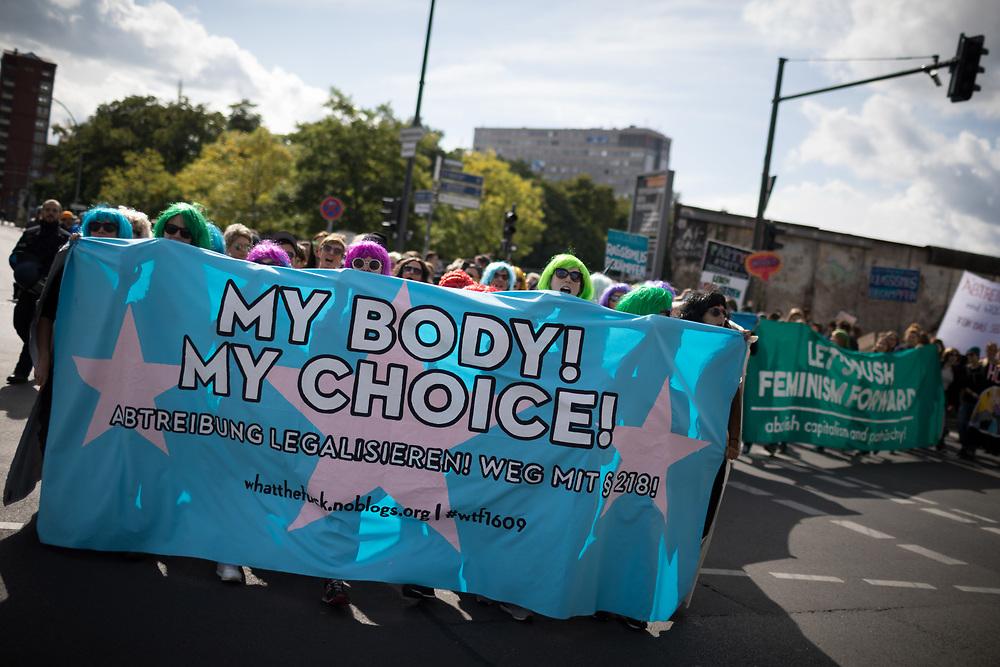 """Protest gegen Marsch für das Leben: Mehrere tausend fundamentalistische christliche Abtreibungsgegner protestieren mit einem """"Marsch für das Leben"""" gegen Abtreibungen durch Berlin Mitte. Die Teilnehmer tragen  weiße Kreuze, die symbolisch für die jährlich in Deutschland abgetriebenen Kinder stehen sollen. Mehrere tausend Menschen protestieren gegen die Demonstration. Gegendemonstranten mit Banner: My Body, my choice. <br /> <br /> [© Christian Mang - Veroeffentlichung nur gg. Honorar (zzgl. MwSt.), Urhebervermerk und Beleg. Nur für redaktionelle Nutzung - Publication only with licence fee payment, copyright notice and voucher copy. For editorial use only - No model release. No property release. Kontakt: mail@christianmang.com.]"""