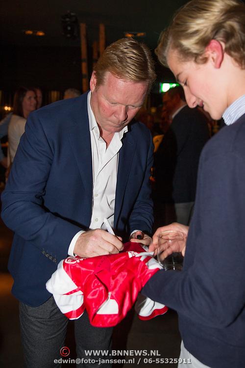 NLD/Scheveningen/20171107 - Boekpresentatie Deal, Ronald Koeman signeert een AJAX shirt