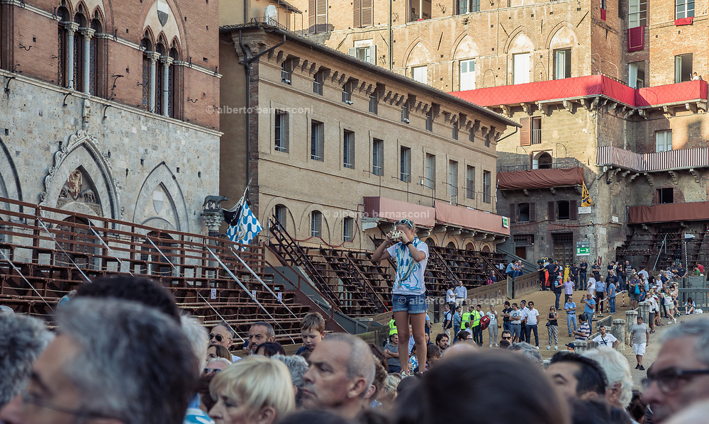 """Italy, Siena, the Palio: 8am in the open air chapel beside the municipality Town Hall, the """"jockey's Mass"""" is celebrated by the Archishop."""