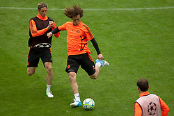 18.05.2012, Allianz Arena, Muenchen, GER, UEFA CL, Finale, Vorberichte, Training Chelsea, im Bild Chelsea's Spanish forward Fernando Torres (L) and Chelsea's Brazilian defender David Luiz (R) during the official Chelsea training during practice session of Chelsea, preliminary reports for the UEFA CL final on picture stadium allianz arena, munich, GER, on 2012/05/18 . EXPA Pictures © 2012, PhotoCredit: EXPA/ Mitchel Gunn