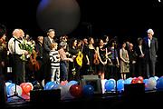 Herman van Veen heeft in het Koninklijk Theater Carré te Amsterdam de Edison Oeuvreprijs Kleinkunst ontvangen. De Edison Stichting kent Van Veen de prijs toe voor zijn enorme oeuvre en buitengewone verdiensten voor de Nederlandse muziek. Zingen, viool spelen en schrijven maakt hem tot een veelzijdig artiest die reeds zeven Edisons heeft mogen ontvangen. Van Veen vierde in Carre zijn 65ste verjaardag<br /> <br /> Op de foto:  Paul van Vliet geeft de edison aan Herman van Veen
