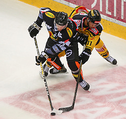 21.10.2016, Albert Schultz Halle, Wien, AUT, EBEL, UPC Vienna Capitals vs Dornbirner Eishockey Club, 12. Runde, im Bild Nicholas Crawford (Dornbirner Eishockey Club) und Sascha Bauer (UPC Vienna Capitals) // during the Erste Bank Icehockey League 12th Round match between UPC Vienna Capitals and Dornbirner Eishockey Club at the Albert Schultz Ice Arena, Vienna, Austria on 2016/10/21. EXPA Pictures © 2016, PhotoCredit: EXPA/ Thomas Haumer