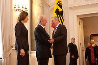 07 JAN 2004, BERLIN/GERMANY:<br /> Johannes Rau (M), Bundespraesident, seine Frau Christina Rau (L), und Klaus Toepfer (R), CDU, Exekutivdirektor Umweltprogramm des Vereinten Nationen UNEP, waehrend des Deefiles, Neujahrsempfang des Bundespraaesidenten, Schloss Bellevue<br /> IMAGE: 20040107-01-023<br /> KEYWORDS: Empfang, Neujahr, Bundespräsident, Gattin, Praesidentengattin, Präsidentengattin, Klaus Töpfer