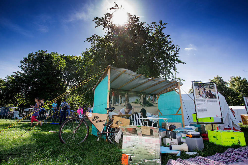 De vaccinatietent van Artsen Zonder Grenzen. In Utrecht heeft Artsen Zonder Grenzen een tentenkamp opgezet in het park Lepelenburg. Met het kamp wil de organisatie laten zien welk medische noodhulp het verricht in de noodhulpkampen in de wereld. Hulpverleners van AZG geven rondleidingen door  onder meer een (opblaasbaar) veldhospitaal, een voedingskliniek en een cholerakliniek.<br /> <br /> In Utrecht, MSF has set up a tent camp in the park Lepelenburg. In the camp, the organization wants to show what kind of emergency medical services they provide in the emergency camps in the world. MSF aid workers give tours including a (inflatable) field hospital, a nutrition clinic and a cholera clinic.
