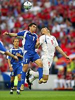 Fotball<br /> Euro 2004<br /> 01.07.2004<br /> Foto: SBI/Digitalsport<br /> NORWAY ONLY<br /> <br /> Hellas v Tsjekkia 1-0<br /> <br /> Jan Koller takes a shove in the back from Theodoros Zagorakis