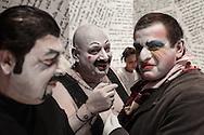 """Il back stage  del teatro della Tosse di Genova, dove i detenuti attori della compania della Fortezza hanno rammpresentato 'Hamlice """" tratto da 'Alice nel Paese delle meraviglie' , regia Armando Punzo. Gli attori sul palco"""