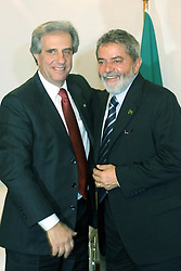 O presidente brasileiro, Luiz Inacio Lula da Silva acompanhado do presidente do Uruguai, Tabare Vasquez durante coleta do novo combustível Hbio, na unidade de Hidrotratamento de Diesel-HDT da Refinaria Alberto Pasqualini, em Canoas. FOTO: Jefferson Bernardes/Preview.com