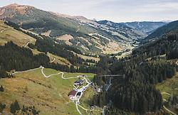 THEMENBILD - Die Lindlingalm an einem sonnigen Herbsttag mit dem Glemmtal, aufgenommen am 13. Oktober 2019 in Hinterglemm, Oesterreich // The Lindlingalm on a sunny autumn day with the Glemmtal in Hinterglemm, Austria on 2019/10/13. EXPA Pictures © 2019, PhotoCredit: EXPA/ JFK