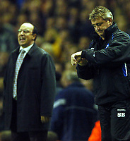 Fotball<br /> Premier League 2004/2005<br /> 06.11.2004<br /> Foto: BPI/Digitalsport<br /> NORWAY ONLY<br /> <br /> Liverpool v Birmingham City<br /> <br /> Steve Bruce checks his watch during time added on as Rafael Benitez tries to inspire his team