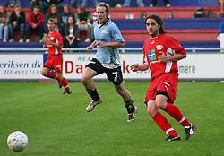 FODBOLD: Polat Bozkurt (B.93) følges af Daniel Husen (Helsingør) under kampen i Landspokalturneringen, 2. runde, mellem Elite 3000 Helsingør og B.93 den 23. august 2006 på Helsingør Stadion. Foto: Claus Birch
