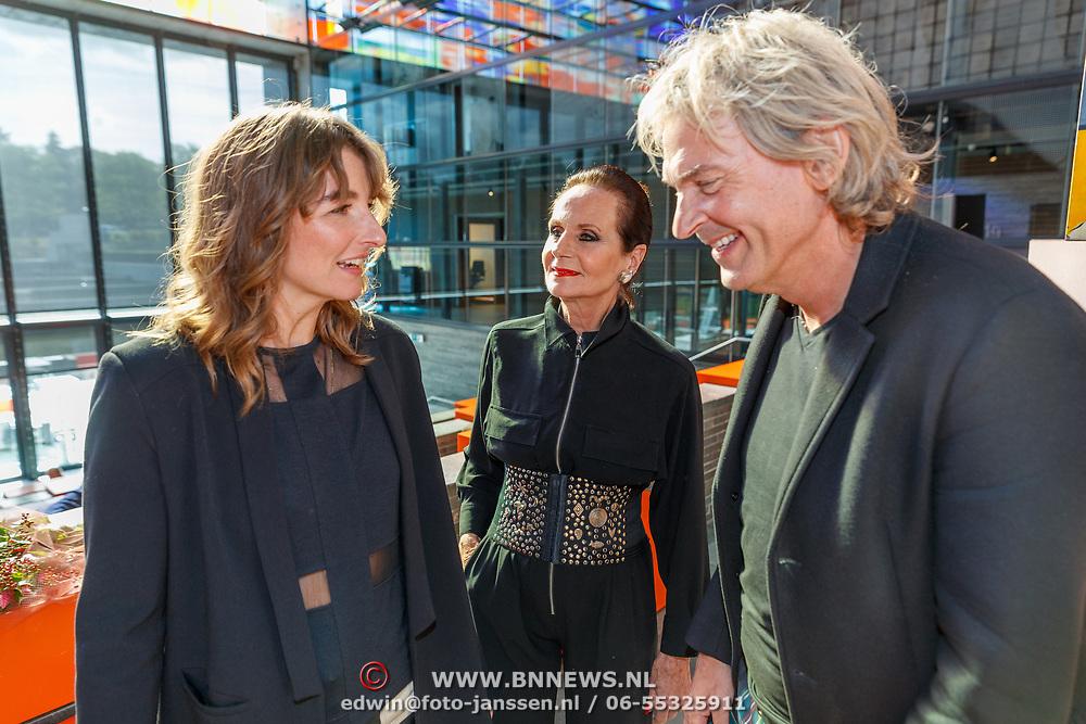 NLD/Hilversum/20181003 - Onthulling Mies Bouwman Totempaal, Matthijs van Nieuwkerk met Ans Markus en Robin de Puy