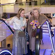 NLD/Amsterdam/20190126 - Prinses Beatrix bezoekt Jumping Amsterdam 2019, Prinses Margarita de Bourbon de Parme en Prinses Beatrix op de roltrap