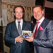 NLD/Amsterdam/20110125 - Opening Amsterdamse Effectenbeurs door cast Legally Blond, Albert verlinde krijgt uit handen van de directeur een tegel met de foto van de openingshandeling