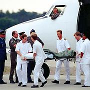 NLD/Soesterberg/19930821 - Gewonde Bosniers uit Sarajevo op vliegveld Soesterberg met een F27 van de UN