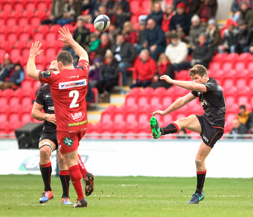 Saracens' Owen Farrell puts up a ball<br /> <br /> Photographer Simon King/CameraSport<br /> <br /> European Rugby Champions Cup Pool 3 - Scarlets v Saracens - Sunday 15th January 2017 - Parc y Scarlets - Llanelli <br /> <br /> World Copyright © 2017 CameraSport. All rights reserved. 43 Linden Ave. Countesthorpe. Leicester. England. LE8 5PG - Tel: +44 (0) 116 277 4147 - admin@camerasport.com - www.camerasport.com