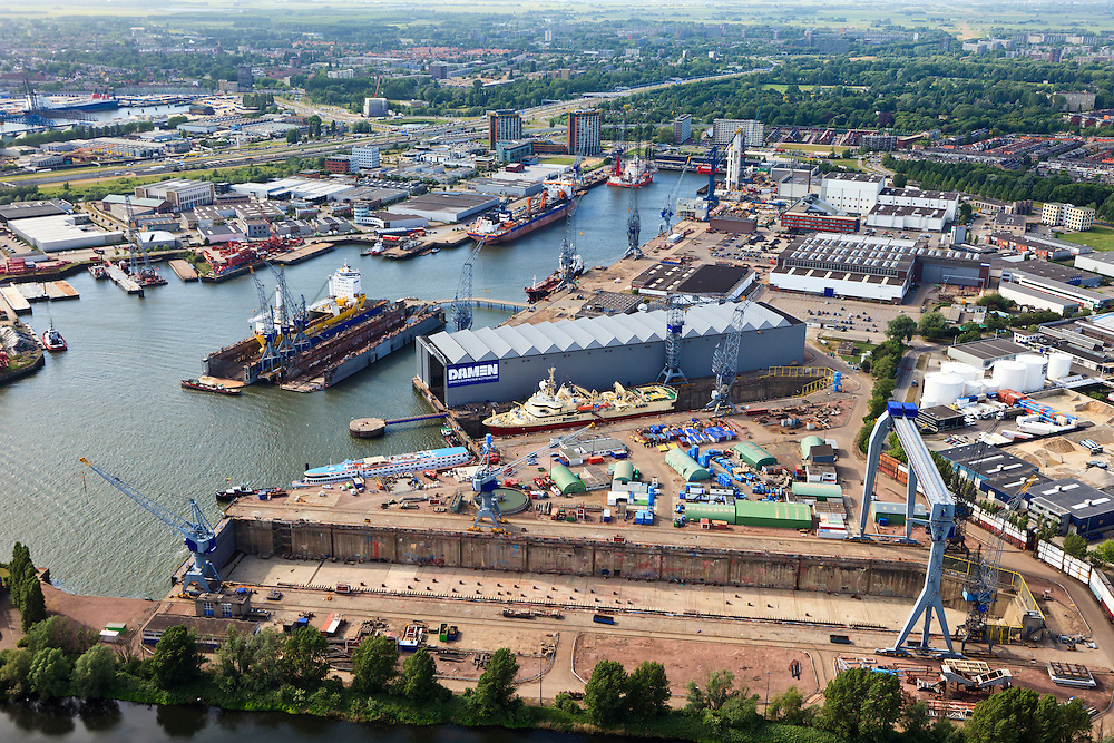 Nederland, Zuid-Holland, Schiedam, 23-05-2011; Damen Shiprepair Rotterdam leeg droogdok in de Wilheminahaven bij de Nieuwe Waterweg..Damen Shiprepair near the Nieuwe Waterweg in Schiedam...luchtfoto (toeslag), aerial photo (additional fee required).copyright foto/photo Siebe Swart