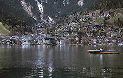 THEMENBILD - ein Paar fährt mit einem Motorboot auf dem Zeller See. Im Hintergrund die Stadt Zell am See, aufgenommen am 20. April 2019, Zell am See, Österreich // a couple is riding a motorboat on the Zeller lake. In the background the town Zell am See on 2019/04/20, Zell am See, Austria. EXPA Pictures © 2019, PhotoCredit: EXPA/ Stefanie Oberhauser