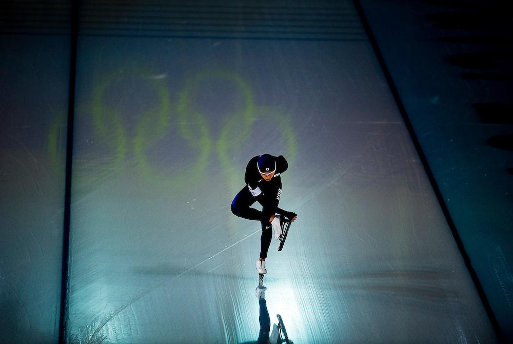 SERIE KJ<br /> <br /> Canada, Vancouver, 23-02-2010.<br /> Olympische Winterspelen.<br /> Schaatsen, 10.000 meter, mannen.<br /> Seung-Hoon Lee uit Korea, die de 10.000 meter zal winnen omdat Sven Kramer gediskwalificeerd wordt, maakt zijn schaatsen schoon voor de start.<br /> Foto: Klaas Jan van der Weij