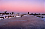 Natuurijs Kinderdijk bij avondlicht. Winter 2021