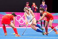 LONDEN - Lidewij Welten probeert de Chinese Ren Ye te passeren , donderdag tijdens de Olympische hockeywedstrijd tussen de vrouwen van  Nederland en China (1-0).  ANP KOEN SUYK