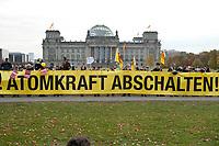 28 OCT 2010, BERLIN/GERMANY:<br /> Demonstration anl. der Abstimmung des Bundestages ueber die Verlaengerung der Laufzeiten fuer Atomkraftwerke, vor dem Reichstagsgebaeude<br /> IMAGE: 20101028-01-025<br /> KEYWORDS: Demo, Demonstranten, Protest, Anti-Atom-Demo, Anti-Kernkraft-Demo, Verlängerung der Laufzeiten, Laufzeitverlängerung, Laufzeitverlaengerung, AKW
