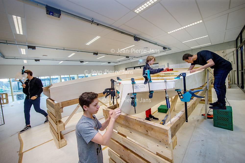Nederland, Amsterdam, 19 mei 2017.<br /> In november 2016 zijn 16 leerlingen van het IJburg College van start gegaan met de Young Solar challenge. In dit project gaan wij de strijd aan met andere scholen uit Nederland. De groep probeert een goed werkende boot van hout te maken. De boot gaat werken op zonne-energie en elektrotechniek. Het ultieme doel is om de andere scholen te verslaan op de Nederlandse kampioenschappen Young Solar. Binnen regio Amsterdam is het een primeur; IJburg College 2 is de eerste school uit deze regio die deze strijd aan durft te gaan. <br /> <br /> <br /> Foto: Jean-Pierre Jans